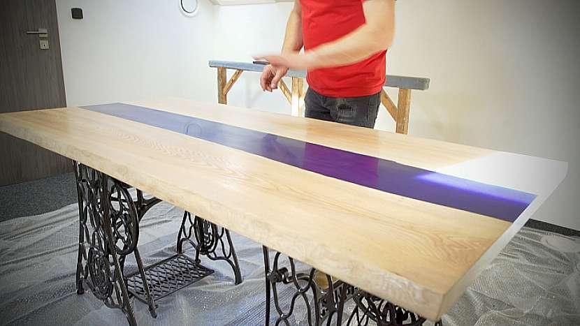 Povrch stolu je třeba přebrousit