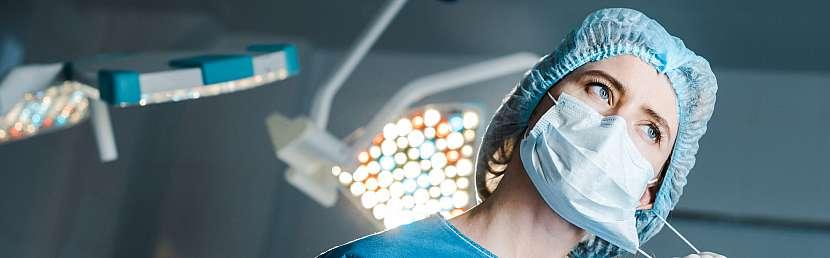 Lékařka s rouškou