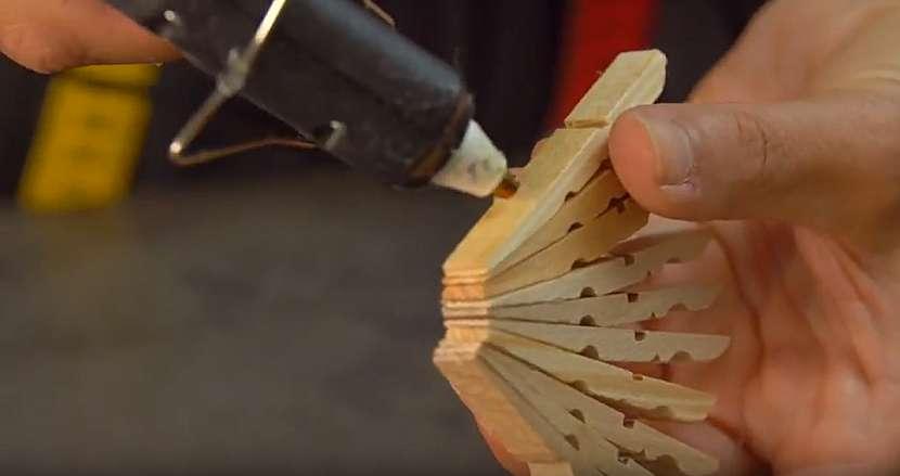Podložka pod hrnec z dřevěných kolíčků: kolíčky slepte