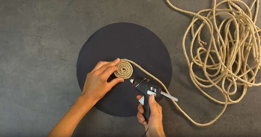 Kruhové prostírání z lněného lanka: nalepte provaz