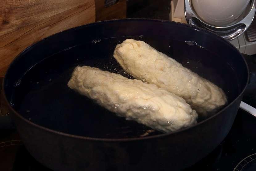Domácí houskové knedlíky: z těsta vytvořete dvě šišky