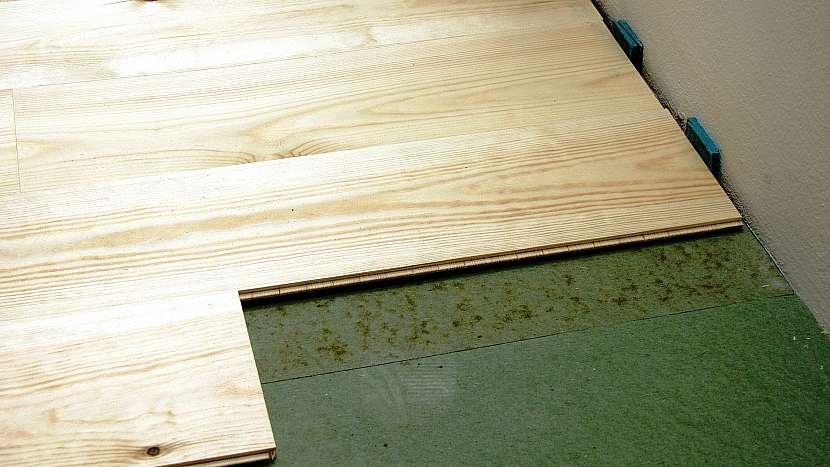 Ukázka dilatace mezi stěnou a plovoucí podlahou.