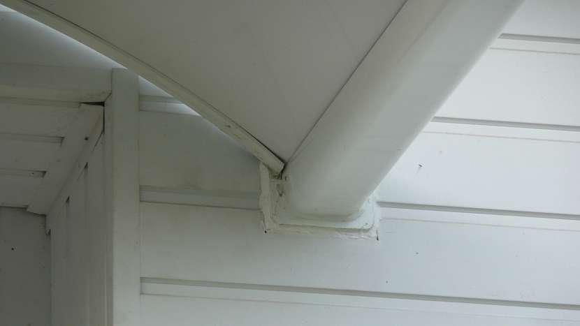 Jak připevnit stříšku: použijeme sanitární silikon, aby pod fasádu nezatékalo