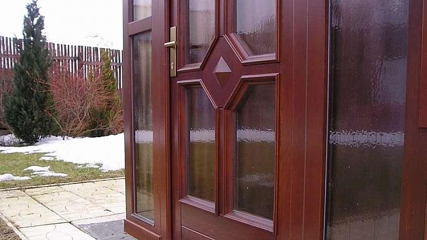 Prosklený portál vstupních dveří s atypickými okny