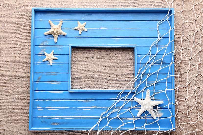 Dřevěný rámeček, ozdobený mořskými motivy se bude hodit do chlapeckého pokoje