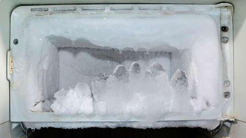 Obalený mrazák ledem