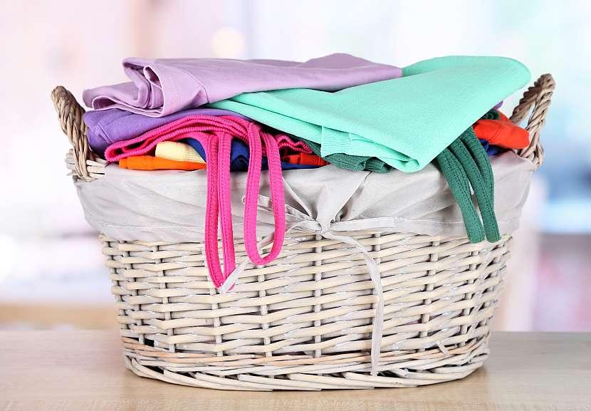 Koš barevného prádla