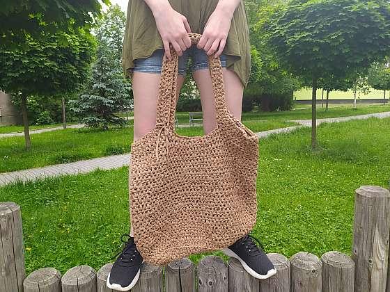 Háčkovaná Tote bag taška je velice stylová, ale i praktická. Vleze se vám do ní i pořádný nákup. Nosit ji však můžete i místo kabelky. Uháčkujte si ji s námi (Zdroj: Adriana Dosedělová)