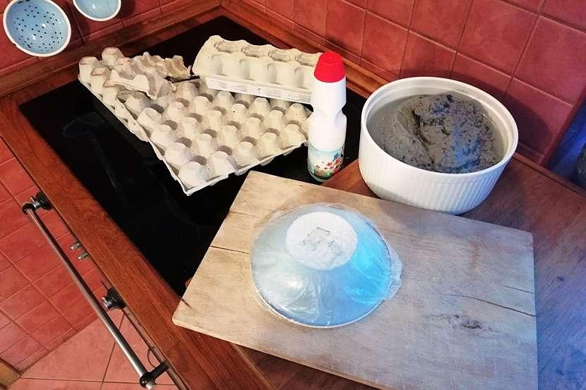 Miska z obalů na vejce: rozmixujte a přidejte škrob