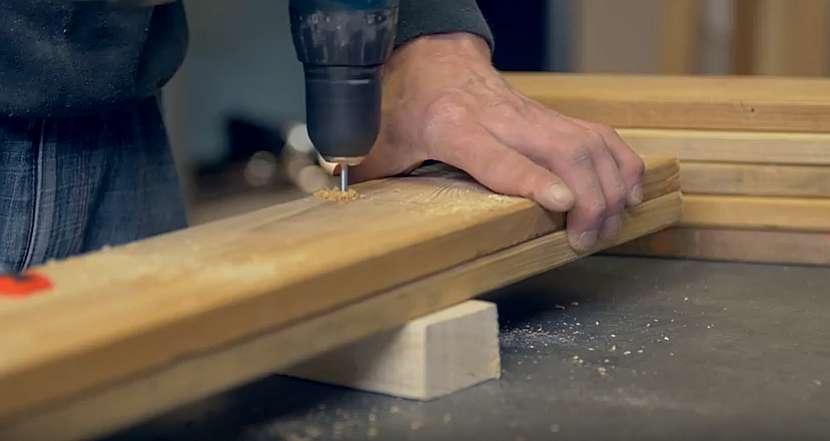 Kuchyňský dřevěný věšák: prkna navrtejte