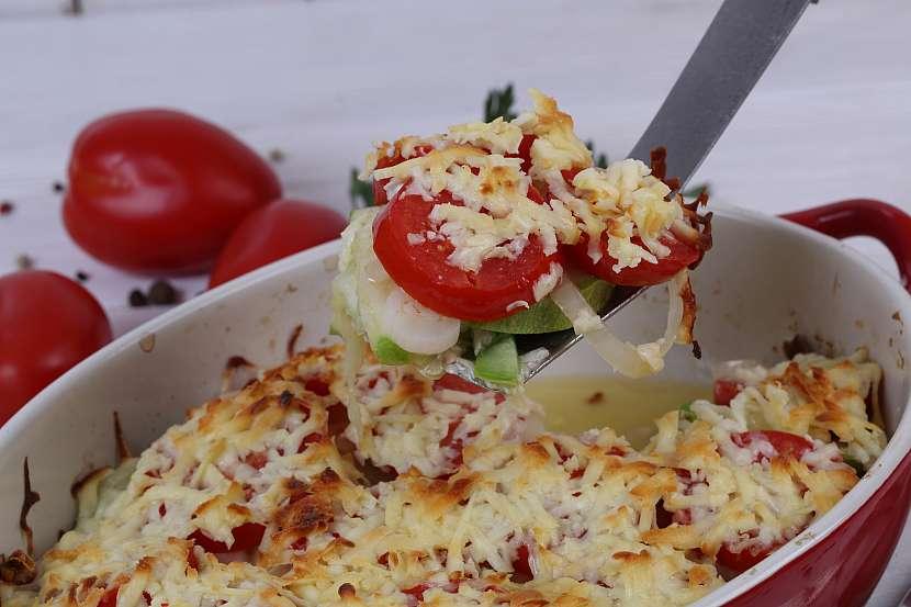 Zapečená cuketa s rajčaty a sýrem může být i ve variantě s mletým masem
