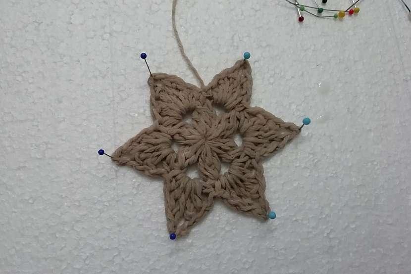 Háčkované hvězdy: hvězdu natužte škrobem