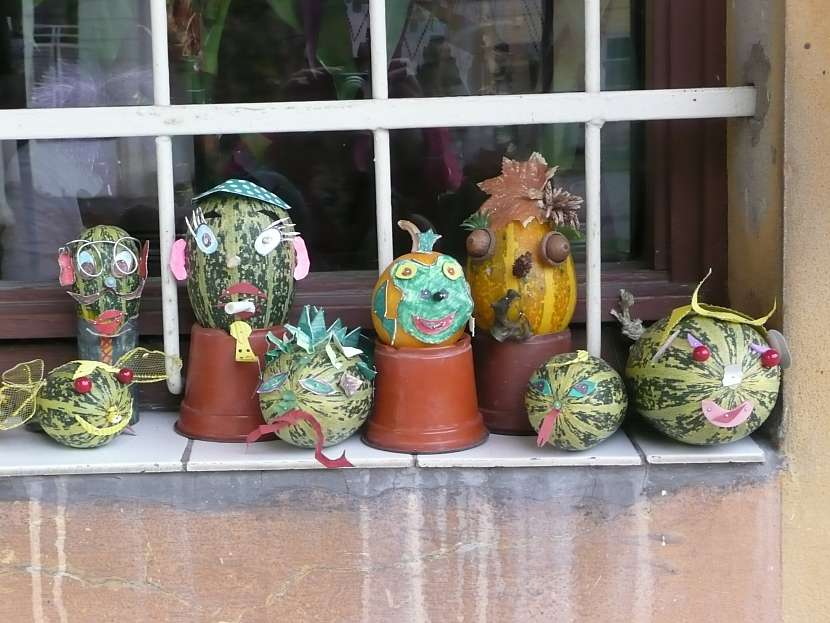 Dýňoví strašáci patří k podzimu: ozdobte okno