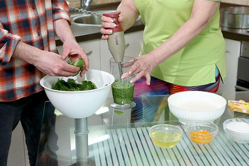 Špenát rozmixujte s olejem tyčovým mixérem