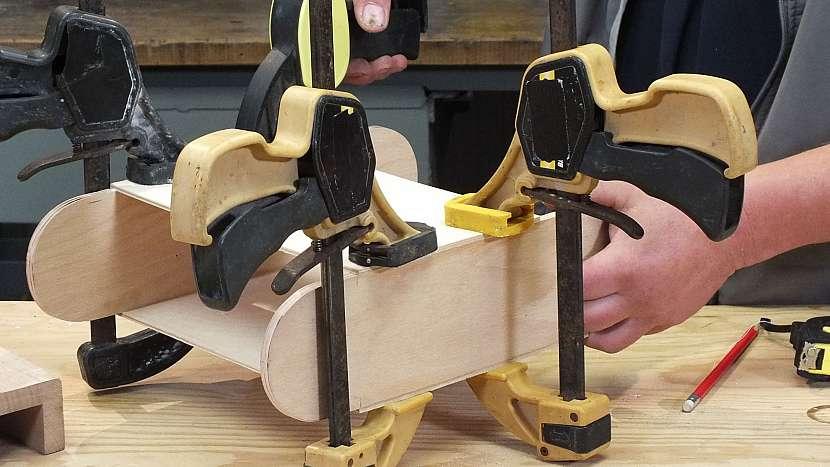 Jak se dělá dřevěný batoh: díly po dobu schnutí fixujeme pomocí svěrek