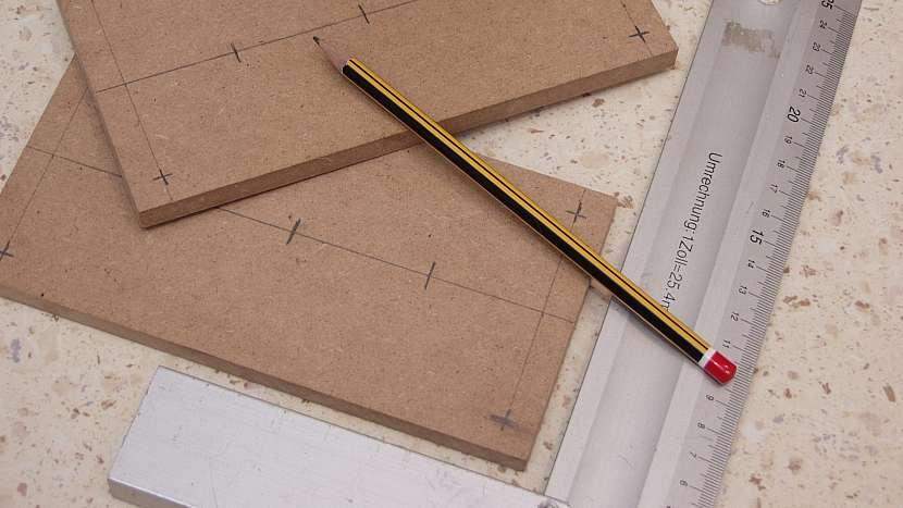 Rozměříme otvory pro zkumavky a tyč