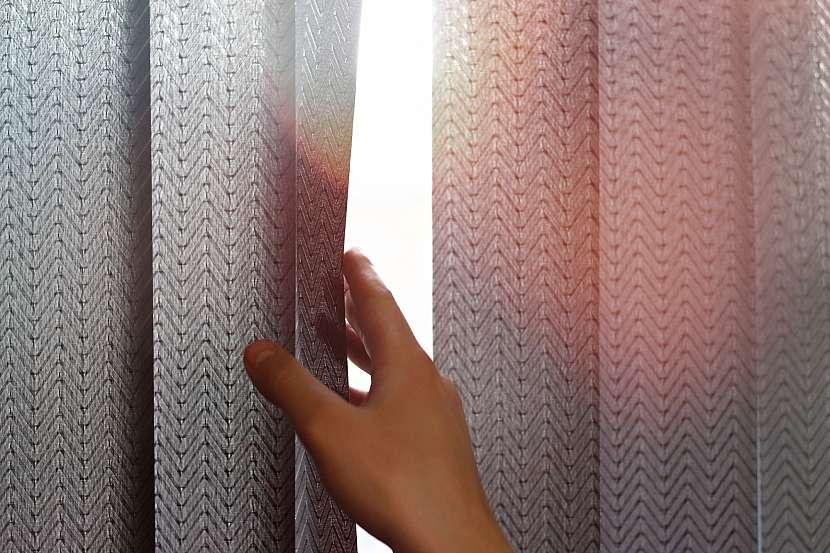 Vertikální žaluzie mají různou prostupnost světla