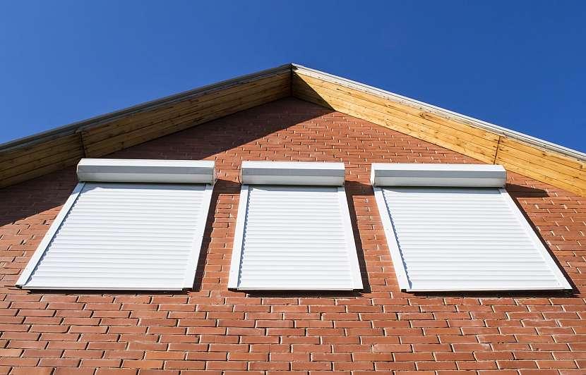 Předokenní žaluzie na oknech rodinného domu