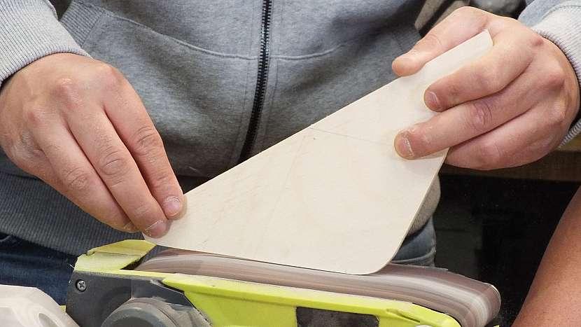 Jak se dělá dřevěný batoh: načisto zabrousíme a zakulatíme hranky