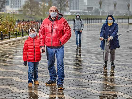 Bez roušky se dnes neobejdeme ani při procházce městem (Zdroj: Depositphotos)