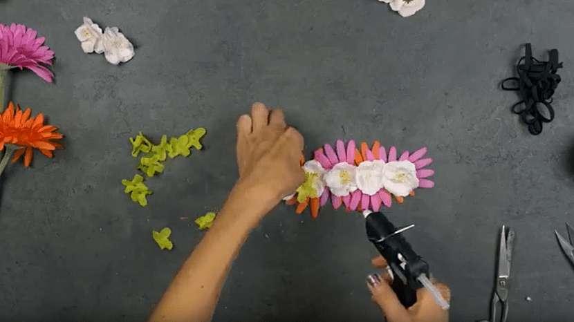 Květinová čelenka do vlasů: nalepte květiny