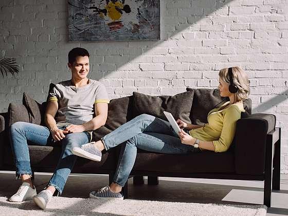 Pohodlnou čalouněnou sedačku ocení celá rodina (Zdroj: Depositphotos (https://cz.depositphotos.com))
