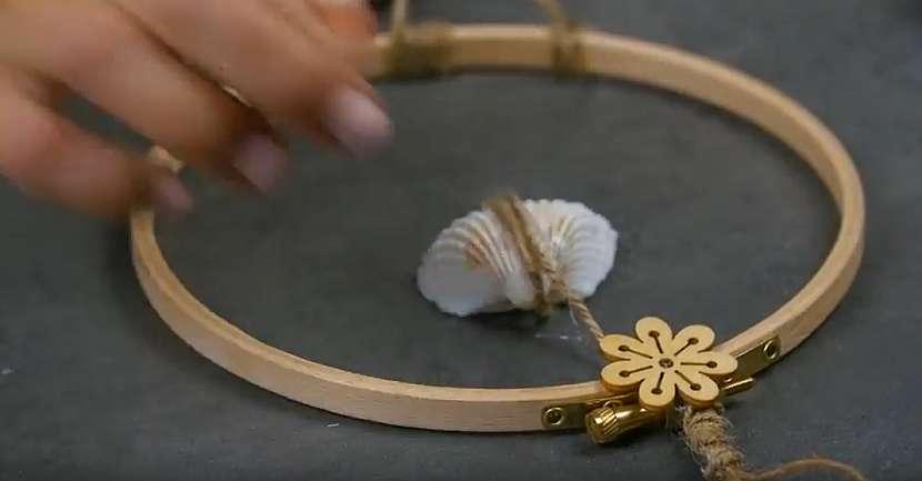 Závěsná dekorace z mušlí: ozdobte kruh