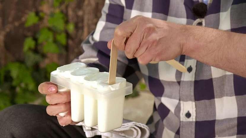 Směs nalijte do tvořítek, vložte nanuková dřívka a nechte ztuhnout v mrazáku