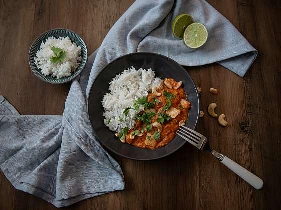 Uvařte si rychlou večeři, kešu kari s kozím halloumi (Zdroj: Bon Lait)