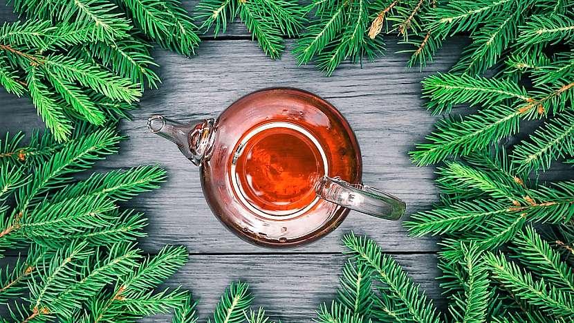 Čaj ze smrkového jehličí pomáhá i proti nervozitě, stresu, melancholii a podrážděnosti