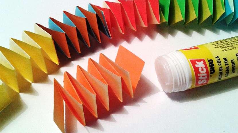 Had z papíru: barevné skládačky k sobě přilepte
