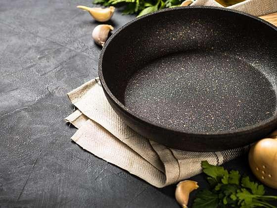 Používání nepřilnavého nádobí je spojeno s minimalizací tuku, což je praktické i zdraví prospěšné. Víte však, jak se o takové nádobí dále starat, aby vám dlouho vydrželo? (Zdroj: Depositphotos)