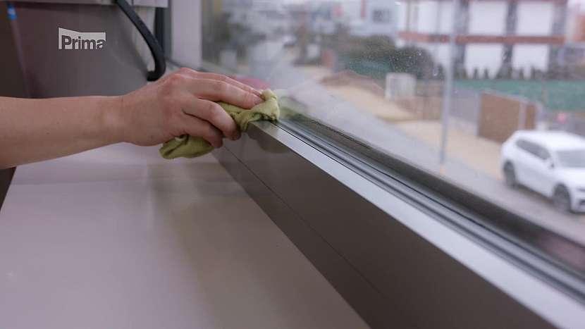 Mytí rámu oken