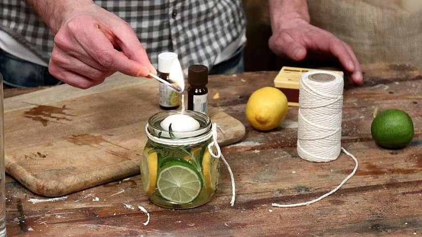 Vonná svíčka proti hmyzu: zapálíme plovoucí svíčku