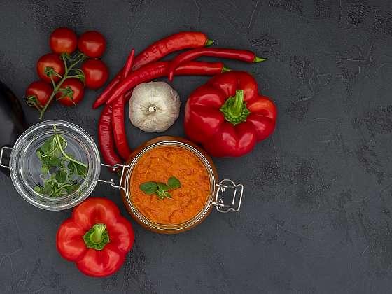 Ajvar a lutenica mohou představovat skvělou volbu pro další zpracování vaší nadúrody rajčat a paprik (Zdroj: Depositphotos (https://cz.depositphotos.com))