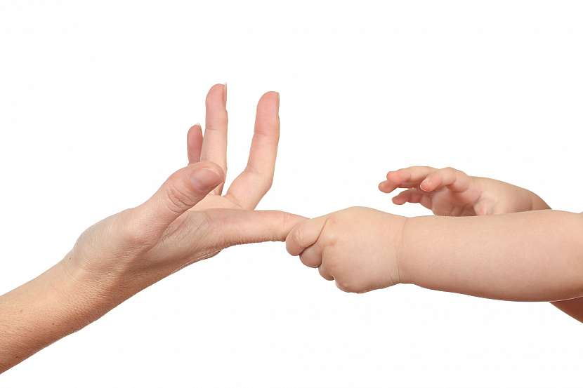 Malé ruce drží prst
