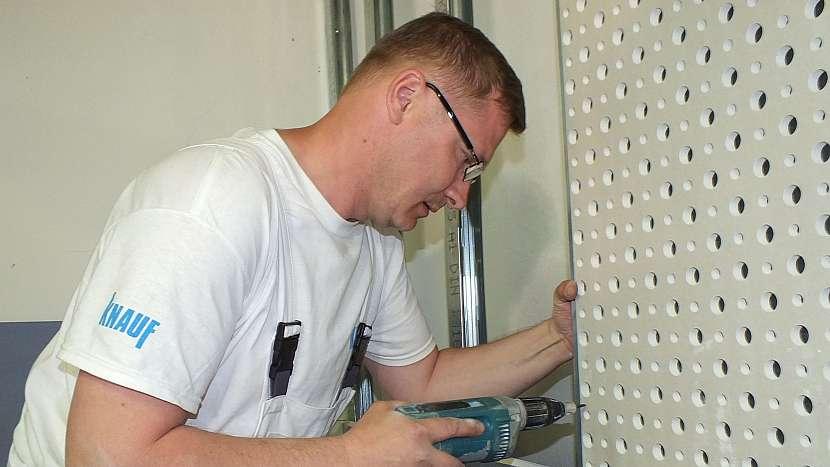 Jak pomocí sádrokartonu odhlučnit pokoj: akustické desky jdou použít na stěnu i na strop