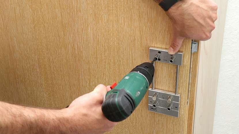 Vrtání otvorů pro kliku: místo, kde začít vrtat bezpečně poznáte pomocí naváděcích trubiček