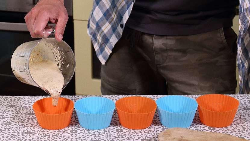 Recept na mini medovníky: hmotu rozdělíme do formiček na muffiny