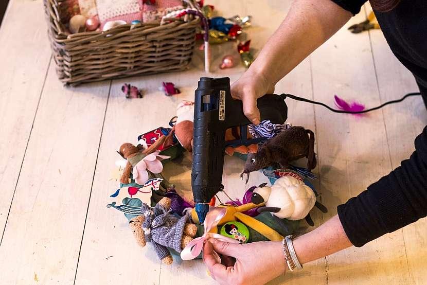 Jak vyrobit báječnou dekoraci do dětského pokoje: Věnec z hraček 4