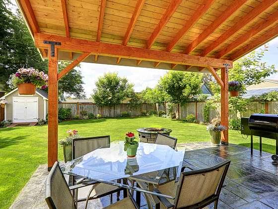 Dřevo na pergole je potřeba pravidelně ošetřovat (Zdroj: Depositphotos.com)