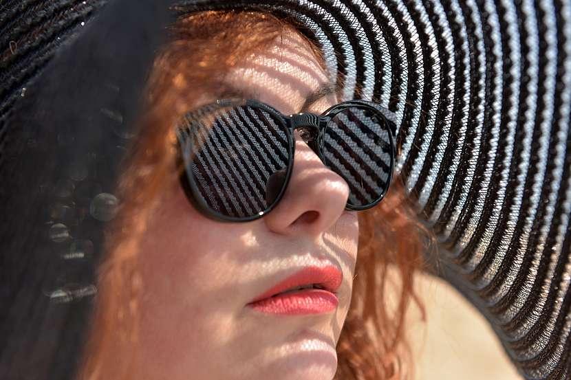 Žena v klobouku s brýlemi