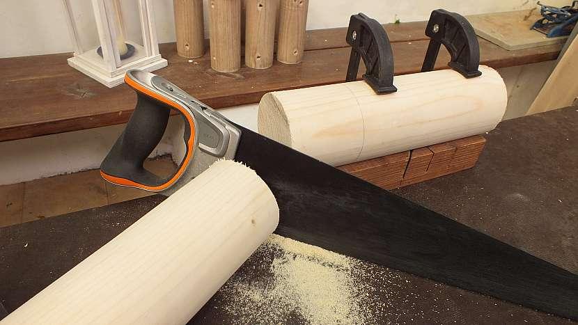 Jak vyrobit knihovnu z kulatiny: dřevěnou kulatinu nařežeme