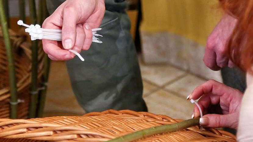 DIY: Dekorativní klec na květiny z vrbového proutí: vrbové pruty připevníme na koš pomocí stahovacích pásek