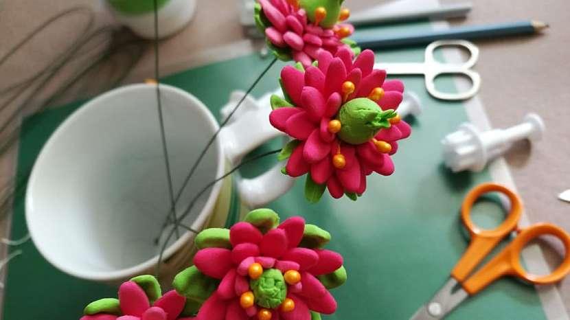 Jak vyrobit dekorativní květinky ze samotvrdnoucí hmoty 14