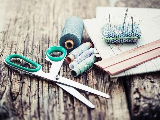 Při přípravě k šití nepodceňujte výběr látky (Zdroj: Depositphotos (https://cz.depositphotos.com))