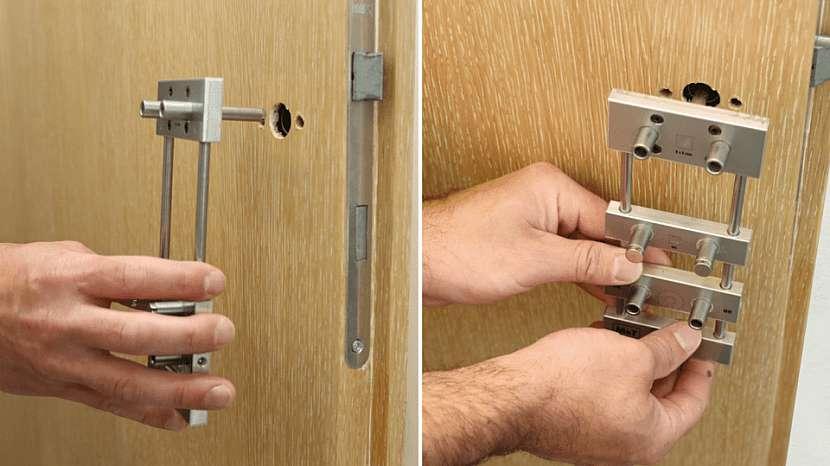 Vrtání otvorů pro kliku: nasazení montážní šablony do předvrtaných otvorů