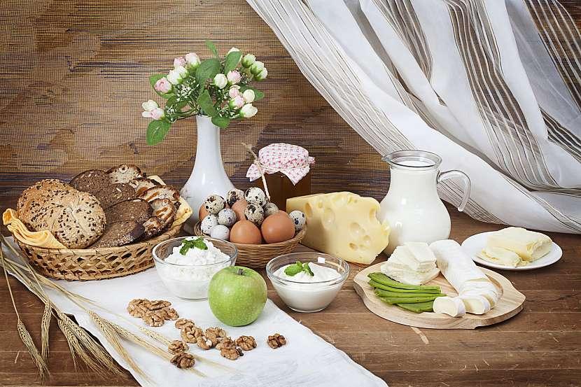 Mléčné výrobky, vejce, celozrnné pečivo, ořechy