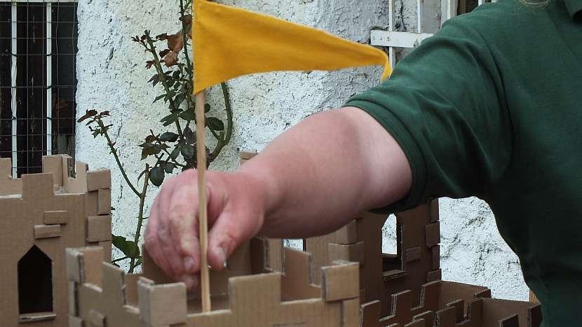 Hrad z kartonu:umístíme vlajky a nastěhujeme hradní pány