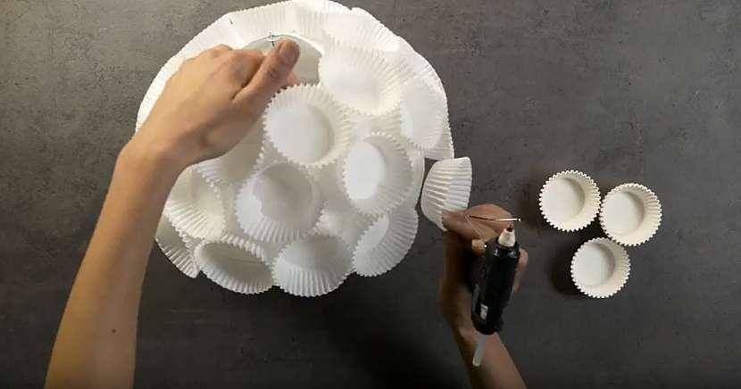 Ozdobný papírový lustr: nalepte kalíšky